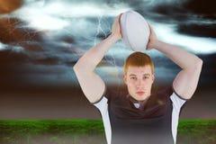Image composée du joueur de rugby environ pour jeter une boule de rugby 3D Photographie stock