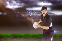 Image composée du joueur de rugby environ pour jeter une boule de rugby 3D Image stock