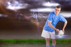Image composée du joueur de rugby environ pour jeter une boule de rugby 3D images stock