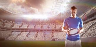 Image composée du joueur réfléchi de rugby tenant la boule Photos libres de droits