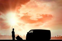 Image composée du livreur sûr poussant le chariot des boîtes en carton photo stock