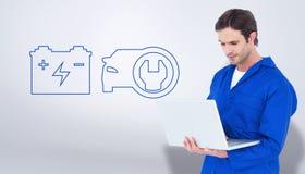 Image composée du mécanicien à l'aide de l'ordinateur portable au-dessus du fond blanc Photos libres de droits