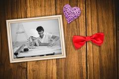 Image composée du père et du fils étudiant le travail avec des plans Photos stock
