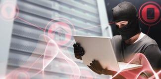 Image composée du pirate informatique à l'aide de l'ordinateur portable pour voler l'identité Photos stock