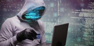 Image composée du pirate informatique employant la carte de crédit pour le crime de cyber photographie stock libre de droits
