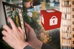Image composée du plan rapproché de la femme d'affaires tenant le comprimé numérique photo libre de droits