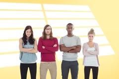 Image composée du portrait de l'équipe d'affaires avec des bras croisés tout en se tenant dans une rangée Photographie stock