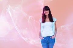 Image composée du portrait de la femme heureuse se tenant avec des mains dans des poches Image libre de droits