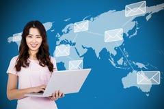 Image composée du portrait de la femme heureuse tenant l'ordinateur portable Images libres de droits