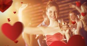 Image composée du portrait de la jeune femme tenant le verre de champagne tout en dansant Photographie stock