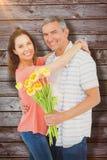 Image composée du portrait des ajouter de sourire au bouquet de fleurs Photographie stock