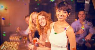 Image composée du portrait des amis ayant la tequila dans la barre Image stock