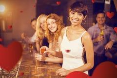 Image composée du portrait des amis ayant la tequila dans la barre Photo libre de droits