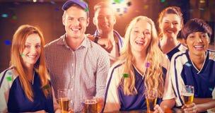 Image composée du portrait des amis ayant le verre de bière dans la partie Image libre de droits