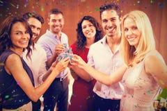 Image composée du portrait des amis buvant des tirs tout en se tenant ensemble Image libre de droits