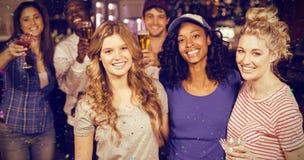 Image composée du portrait des amis de sourire ayant la bière Photographie stock
