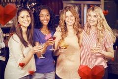Image composée du portrait des amis féminins buvant des cocktails ensemble Image stock
