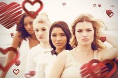 Image composée du portrait des amis féminins posant tout en se penchant sur la limousine Image stock