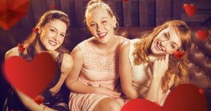 Image composée du portrait des amis féminins s'asseyant ensemble dans le sofa Photos stock