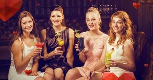 Image composée du portrait des amis féminins tenant des verres de cocktail dans la barre Photo stock