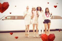 Image composée du portrait des amis féminins tenant la cannelure de champagne Photos libres de droits