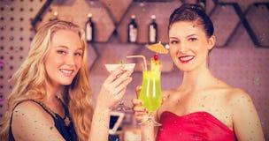 Image composée du portrait des amis féminins tenant le verre du cocktail Photo libre de droits