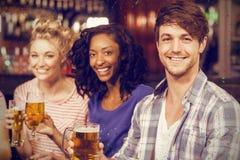 Image composée du portrait des amis gais ayant la bière Photos libres de droits