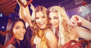 Image composée du portrait des amis heureux dansant ensemble Images libres de droits