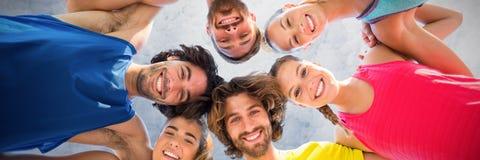 Image composée du portrait des amis heureux se blottissant contre le ciel clair Images stock