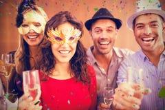 Image composée du portrait des amis tenant des verres de champagne tout en riant Photo stock