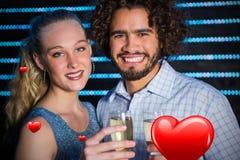 Image composée du portrait des couples tenant le verre de champagne dans la barre 3D Photo stock