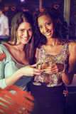 Image composée du portrait des femmes grillant des verres de champagne Images libres de droits