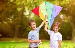 Image composée du portrait des garçons avec le cerf-volant coloré Images stock