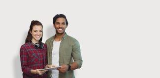 Image composée du portrait des personnes posant avec le comprimé numérique Photographie stock libre de droits