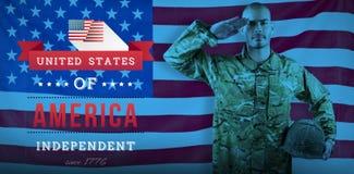 Image composée du portrait du soldat sûr tenant le casque tout en saluant Images stock