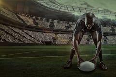 Image composée du portrait du sportif tenant la boule tout en jouant le rugby avec 3d Photos stock