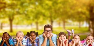 Image composée du portrait du professeur se couchant avec des étudiants image libre de droits