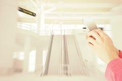 Image composée du service de mini-messages de femme avec son téléphone portable Photo libre de droits