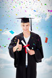 Image composée du type de l'adolescence heureux célébrant l'obtention du diplôme Images stock