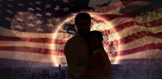Image composée de jeunes couples attrayants étreignant et souriant à l'appareil-photo Image stock