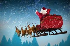 Image composée de l'équitation du père noël sur le traîneau pendant le Noël Images libres de droits