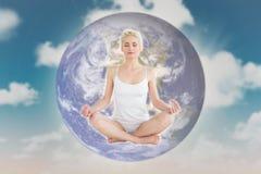 Image composée de la jeune femme modifiée la tonalité s'asseyant dans la pose de lotus avec des yeux fermés Images stock