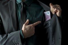 Image conceptuelle d'homme d'affaires montrant l'argent Photographie stock
