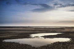 Image conceptuelle de paysage de deux personnes sur la plage à distance Photo stock