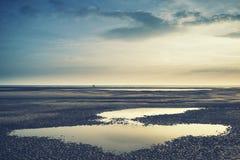 Image conceptuelle de paysage de deux personnes sur la plage à distance avec dedans Photo stock