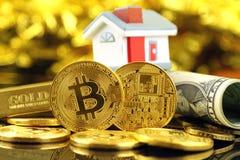 Image conceptuelle pour des investisseurs en le nouvel argent virtuel de cryptocurrency, l'or, les immobiliers et les dollars Photo libre de droits