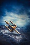 Image contrastée de Poseidon& x27 ; trident de s en mer Images stock