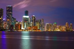 Image crépusculaire de tonalité pourpre d'une ville sur l'eau Photo stock