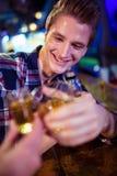 Image cultivée d'ami grillant avec l'homme heureux Photographie stock