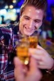 Image cultivée d'ami grillant avec l'homme joyeux Photo stock